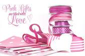 Růžové dárkové balení stuhy a papír s pozdravem. — Stock fotografie
