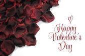 Rode zijde rozenblaadjes valentine of liefde thema achtergrond. — Stockfoto
