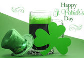 Happy St Patrick's Day food and drink table settings with greetings — Stock Photo