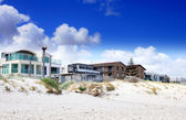 Esplanade homes and street houses overlooking beautiful white sandy beach. — Stock Photo