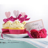 Happy Mothers Day cupcake and vintage tray — Stok fotoğraf
