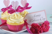 Happy Mothers Day cupcake and vintage tray — Stock Photo