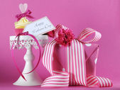 Happy Mothers Day cupcake gift on pink background — Stock Photo