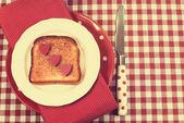 Rétro style vintage rouge Vérifiez le paramètre table avec plaque de pois et de couteau et pain grillé avec un cœur — Photo