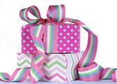 漂亮的糖果色礼物与明亮的粉色和蓝色圆点 — 图库照片