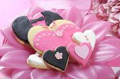 Nevěsta a grrom svatební srdce soubory cookie — Stock fotografie