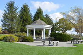 Beautiful Gazebo in a pretty landscaped park — Stock fotografie