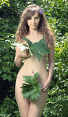 Nude girl with leaves — Stockfoto
