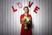 那个女孩穿着红色的花朵。情人节快乐 — 图库照片