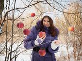 Mädchen im Wald mit einem Apfel. — Stockfoto