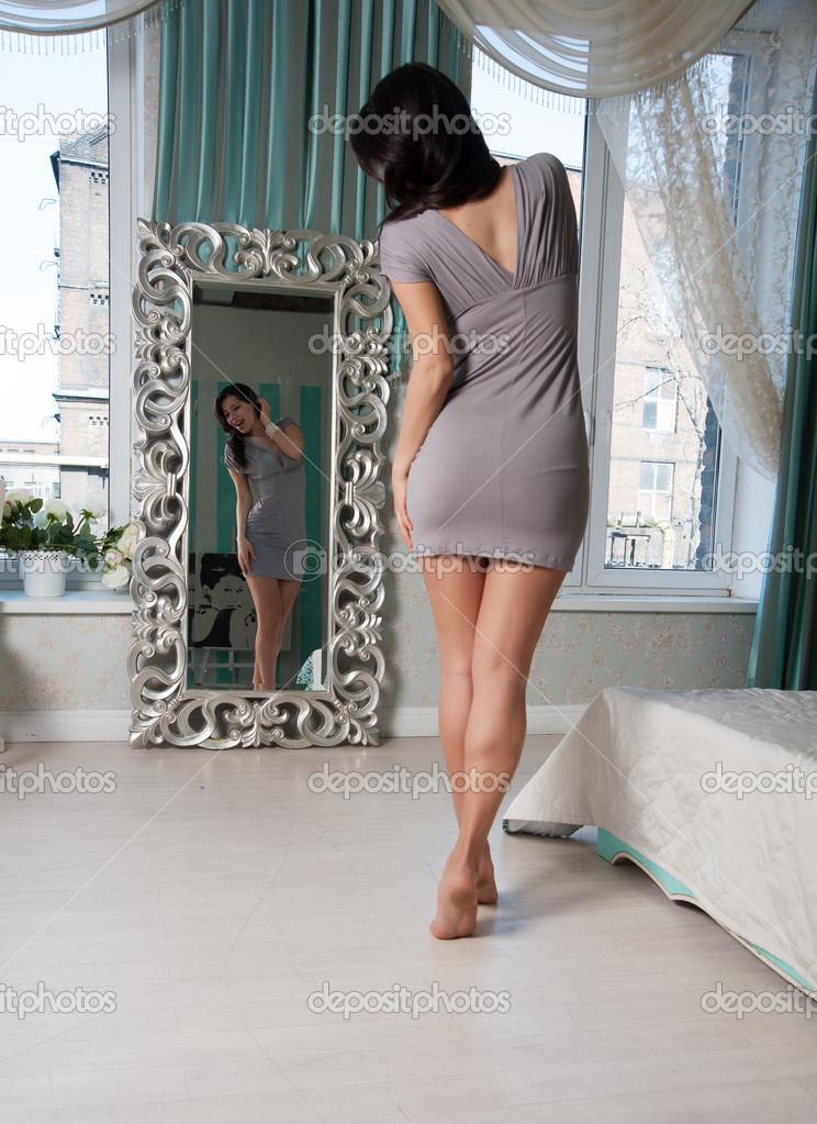 Снимает девушку перед зеркалом 14 фотография