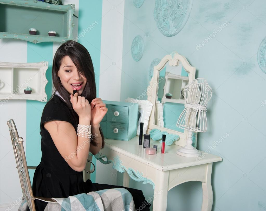 Femme se maquiller devant un miroir dans la salle for Miroir pour se maquiller