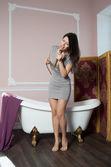 Femme chante sous la douche — Photo