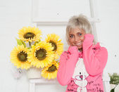 Donna con girasole in studio — Foto Stock