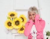 Ayçiçeği stüdyoda olan kadın — Stok fotoğraf