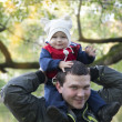 Dad with son on his shoulders — Stock Photo