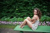 Trötta ben av en kvinna — Stockfoto