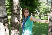 Schöne Frau an einem Baum im Sommer — Stockfoto