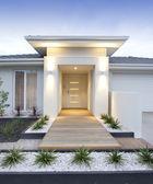 Extérieur de la maison contemporaine blanche verticale — Photo