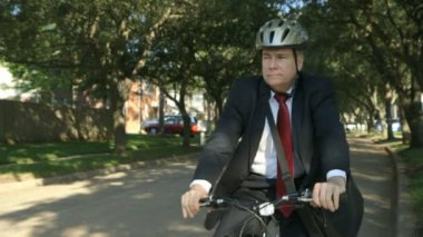 Safety is important to this businessman going green with his eco-friendly bicycle for transportation. — Stock Video