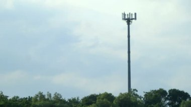 Communications tower with antennas against blue sky — Stock Video