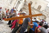 Carrying his cross Jerusalem — Stock Photo