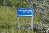 Route, kennzeichnung der tsjalsvaedi, wasserfall, island — Stockfoto