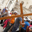 Ritual of the cross traversing the square of the Holy Sepulchre in Jerusalem, Israel — Stock Photo