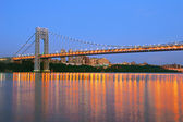 George Washington Bridge with NYC skyline at dusk — Stock Photo
