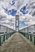 Ve el puente con el cielo muy nublado — Foto de Stock