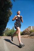 Молодая женщина в черной пробежки вне. — Стоковое фото