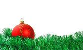 圣诞球和孤立的背景上的花环 — 图库照片