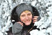 Portret kobiety z ośnieżonych drzew zimą — Zdjęcie stockowe
