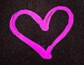Pink love heart graffiti on painted wall — Stockfoto