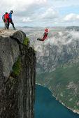 Base jump z útesu. — Stock fotografie