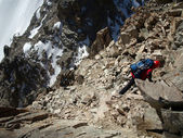 Mann Klettern gefrorenen Wasserfall — Stockfoto