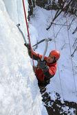 Cascada congelada escalada hombre — Foto de Stock
