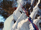Man climbing frozen waterfall — Stockfoto