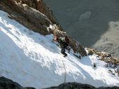 Man klimmen bevroren waterval — Stockfoto