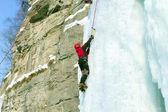 Muž horolezecké zmrazené vodopád — Stock fotografie