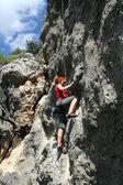 Rock klimmer klimmen van een klif — Stockfoto