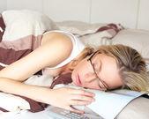 Aburrida mujer enferma en la cama — Foto de Stock