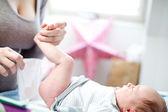 мать холдинг с крошечным младенцем — Стоковое фото