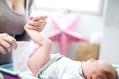 小さな赤ちゃんを持つお母さん — ストック写真
