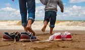 Padre e hijo caminan en la playa — Foto de Stock