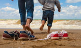 Vader en zoon wandeling aan de kust — Stockfoto