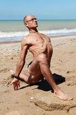 Homem musculoso em rei pombo yoga pose — Fotografia Stock