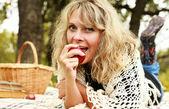 Dziewczyna na jesień piknik — Zdjęcie stockowe