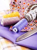 цветные нити на ткани — Стоковое фото