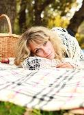 женщина отдохнуть на пикник — Стоковое фото